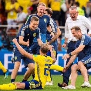 180627 Ola Toivonen, goalkeeper coach Maths Elfvendal, head coach Janne Andersson and performance Manager Paul Balsom of Sweden celebrates after the FIFA World Cup WM Weltmeisterschaft Fussball group stage match between Mexico and Sweden on June 27, 2018 in Ekaterinburg. Photo: Petter Arvidson / BILDBYRAN / kod PA / 87737 *** 180627 Ola Toivonen goalkeeper coach Maths Elfvendal head coach Janne Andersson and performance manager Paul Balsom of Sweden celebrates after the FIFA World Cup group stage match between Mexico and Sweden on June 27, 2018 in Ekaterinburg Photo Petter Arvidson BILDBYRAN Code PA 87737 PUBLICATIONxNOTxINxDENxNORxSWExFINxAUT.
