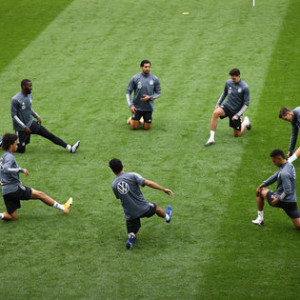05 September 2020, Switzerland, Basel: Soccer: National team, Germany, final training in the St. Jakob-Park stadium, fitness coach Nicklas Dietrich (r) and players during warm-up. Photo: Christian Charisius/dpa