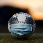 The official match ball of the Bundesliga Derbystar lies with a face mask on a football field. Konigsdorf, 02.09.2020 | usage worldwide